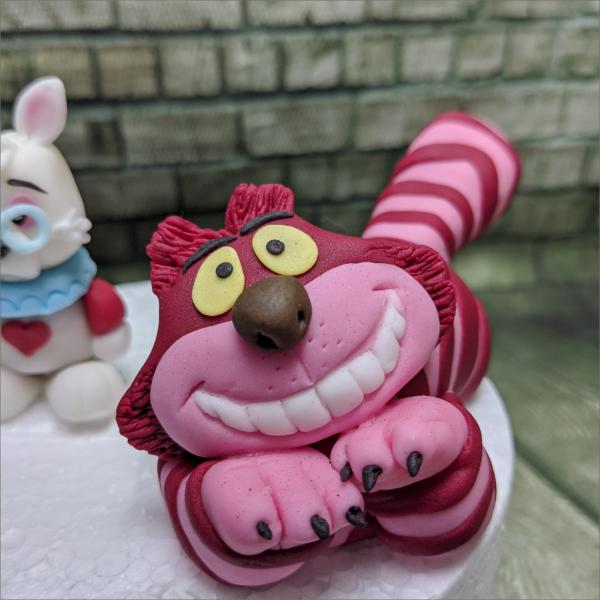 Alice-im-Wunderland-Grinsekatze-Geburtstagstortemodelliert-Handmodelliert-Figuren-Fondant-Hochzeitstorten-Geburtstagstorten-Torten-Tuning-Schleusingen