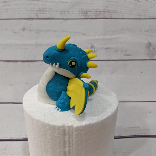 Drachen-z-hmen-leicht-gemacht-Nadder-blau-Geburtstagstortemodelliert-Handmodelliert-Figuren-Fondant-Hochzeitstorten-Geburtstagstorten-Torten-Tuning-Suhl