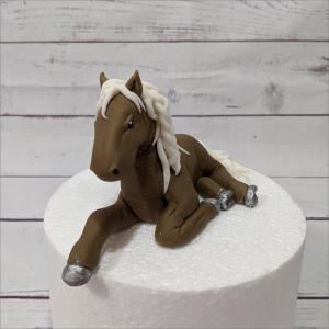 realistisches Pferd Tortenfigur Pferd-liegend-2-modellierte-Figuren-Fondant-Ilmenau-Torten-Kindergeburtstag-Tortendekor-Zuckerfigur-essbare-Figur-Torten-Tuning-Suhl-Meiningen-Coburg-Hildburghausen
