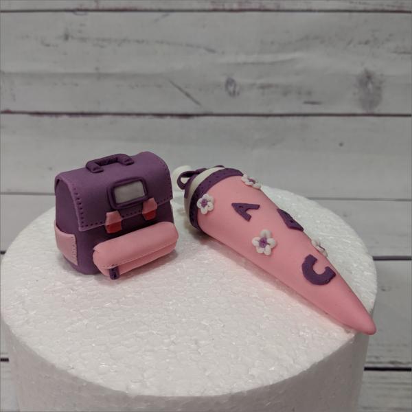 Tortendekoration Zuckertüte Ranzen rosa Schulranzen-3-modellierte-Figuren-Fondant-Ilmenau-Torten-Kindergeburtstag-Tortendekor-Zuckerfigur-essbare-Figur-Torten-Tuning-Suhl-Meiningen-Coburg-Hildburghausen