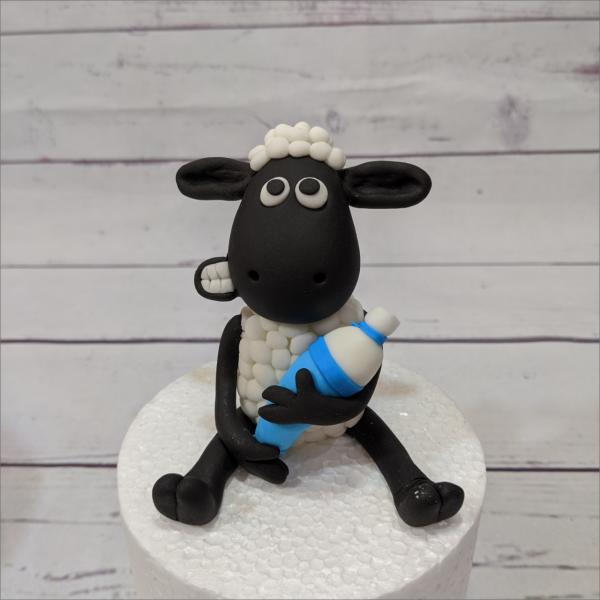 Tortendekoratio Shaun das Schaf mit Zuckertüte Shaun-das-Schaf-modellierte-Figuren-Fondant-Ilmenau-Torten-Kindergeburtstag-Tortendekor-Zuckerfigur-essbare-Figur-Torten-Tuning-Suhl-Meiningen-Coburg-Hildburghausen