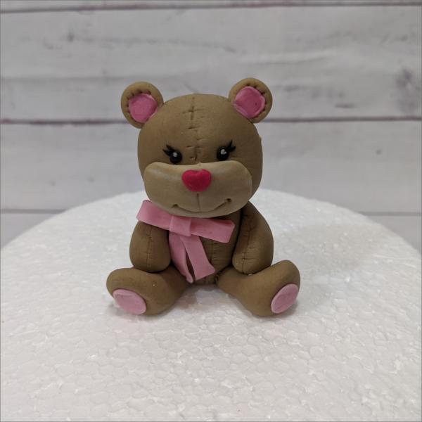 Tortendekoration Teddy rosa Schleife Teddy-rosa-modellierte-Figuren-Fondant-Ilmenau-Torten-Kindergeburtstag-Tortendekor-Zuckerfigur-essbare-Figur-Torten-Tuning-Suhl-Meiningen-Coburg-Hildburghausen