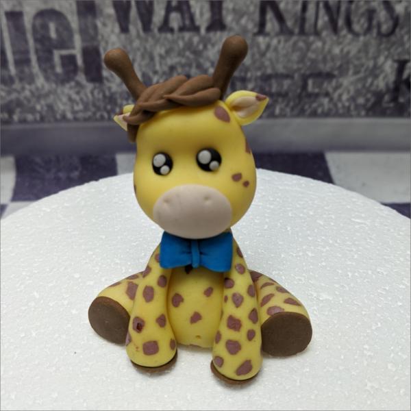 Torten-Tuning-Essbare-Figuren-aus-Fondant-Kleine-Giraffe-2_Schleusingen-Erlau
