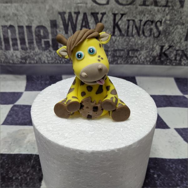 Tortendekoration Giraffe mit Keks Torten-Tuning-Essbare-Figuren-aus-Fondant-Kleine-Giraffe-mit-Keks_Schleusingen-Erlau