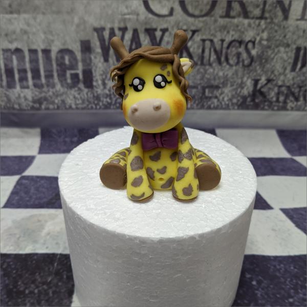 Tortendekoration Giraffe rosa Torten-Tuning-Essbare-Figuren-aus-Fondant-Kleine-Giraffe-rosa-Schleife-2_Schleusingen-Erlau