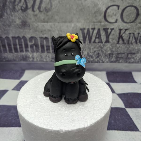 schwarzes Pferd Tortenfigur Torten-Tuning-essbare-Figuren-aus-Fondant-niedliches-Pfert-mit-Schleife-u-Blume-Schleusingen-Erlau
