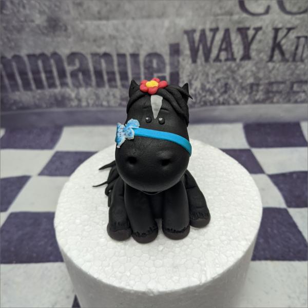 schwarzes Pferd Tortenfigur Torten-Tuning-essbare-Figuren-aus-Fondant-niedliches-Pfert-mit-blauer-Schleife-u-roter-Blume-Gotha-Erfurt