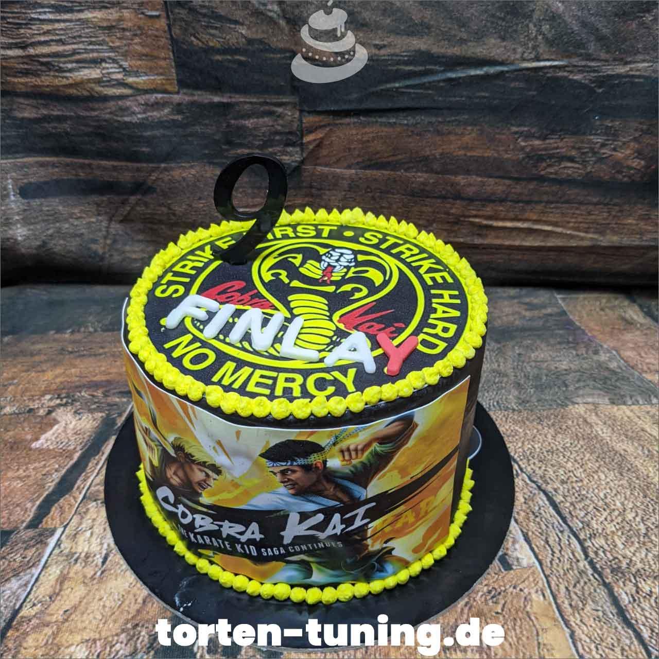 Cobra Kai Dripcake Obsttorte Geburtstagstorte Motivtorte Torte Tortendekoration Torte online bestellen Suhl Thüringen Torten Tuning Sahnetorte Tortenfiguren Cake Topper