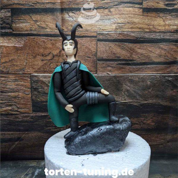 Tortenfigur Loki Tortendekoration online bestellen Fondantfiguren modellierte essbare Figuren aus Fondant Backzubehör Tortenfiguren Tortenfigur individuelle Tortendeko.jp.jpg.jpg